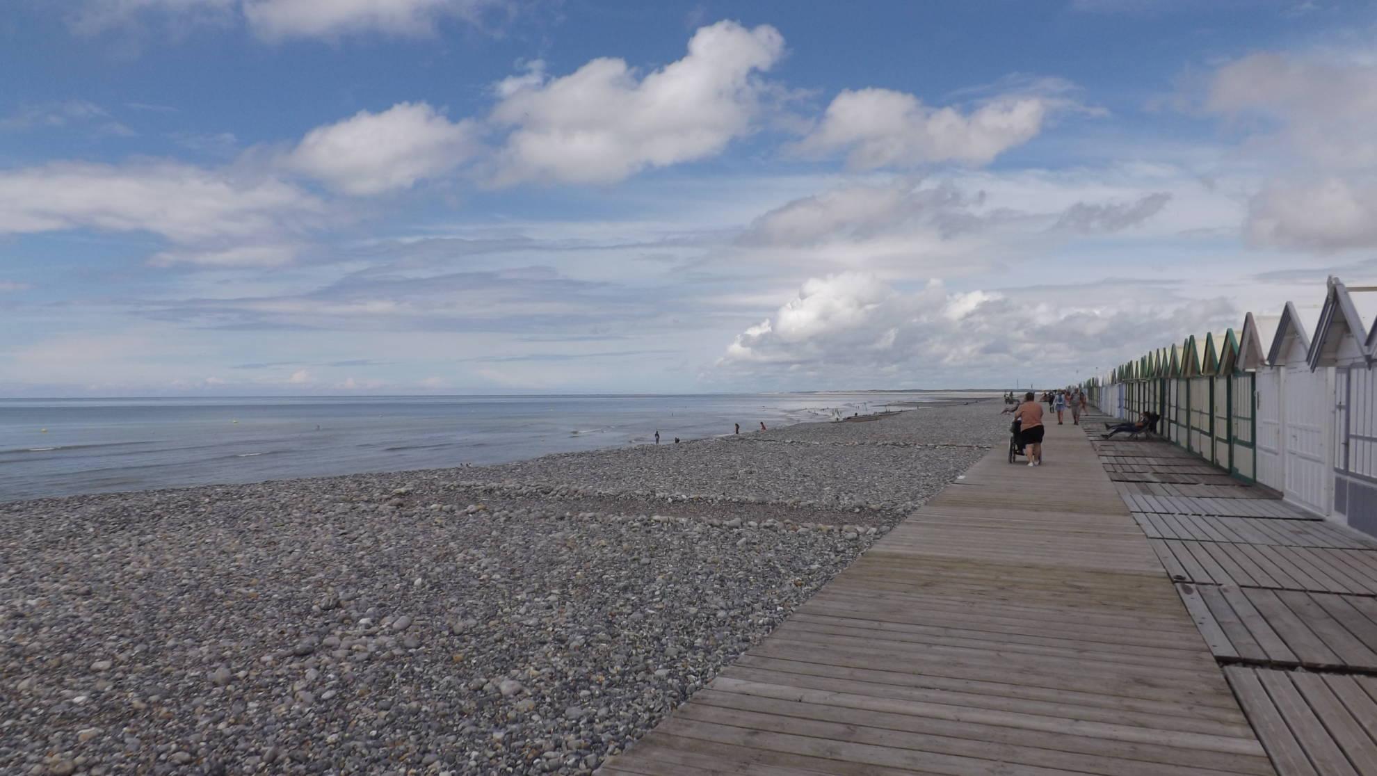 Le chemin de planche de Cayeux avec la Baie de Somme et Fort Hahon en arrière plan